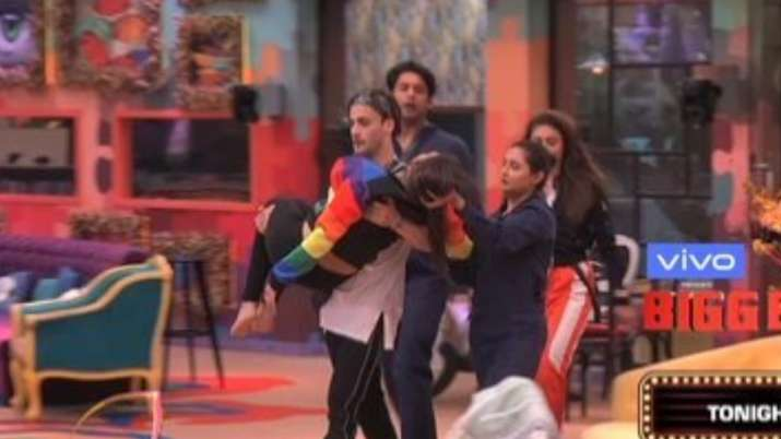 Himanshi Khurana faints during captaincy task, panicked Asim Riaz lifts her in his arms