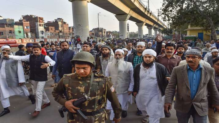 India Tv - Jafrabad masjid Imam (C) walks towards the site of clash between those against and those supporting the Citizenship (Amendment) Act in north east Delhi