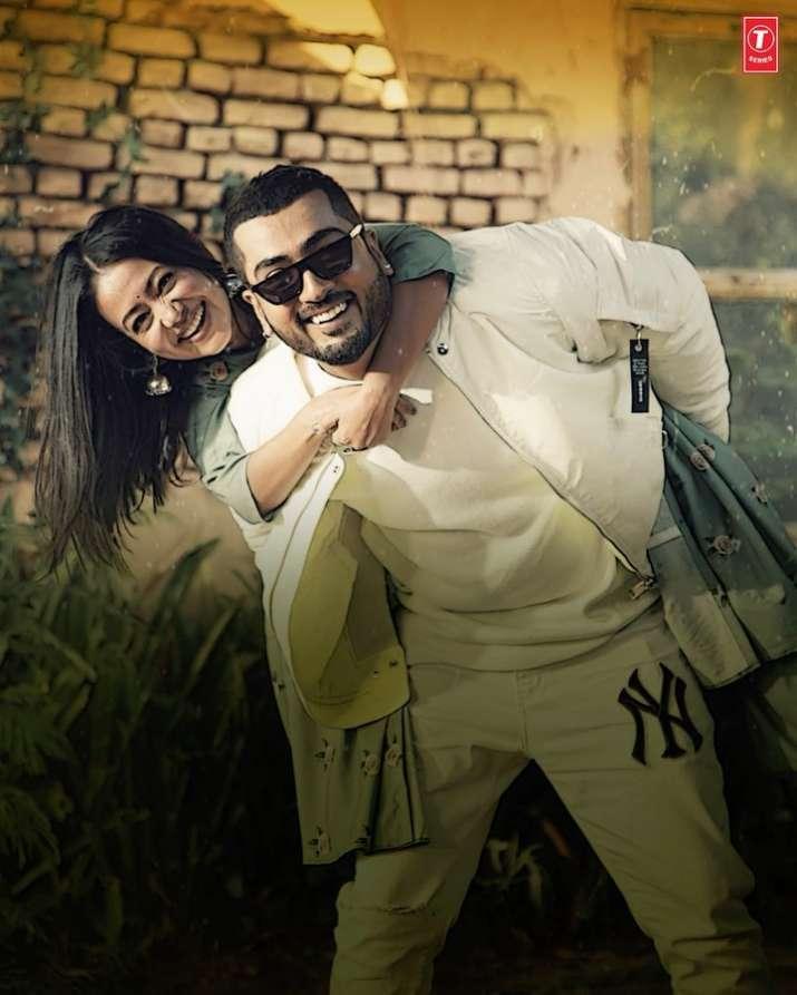 Neha Kakkar breaks down in video of her latest song 'Jinke Liye'. Watch video