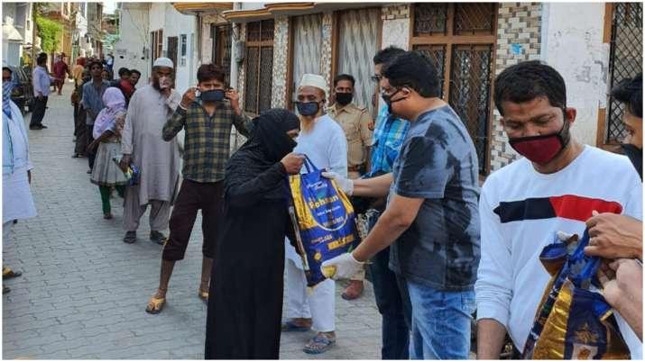 Coronavirus: Good samaritan in Lucknow gives free ration to