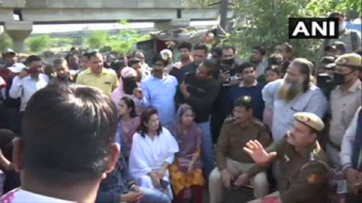 Coronavirus: Delhi Police reach Shaheen Bagh, ask
