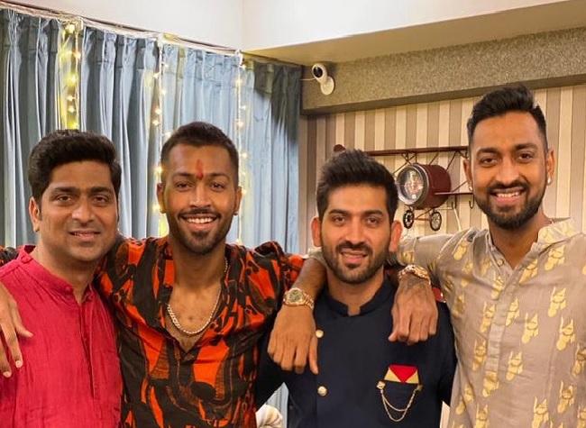 Hardik Pandya with his brothers