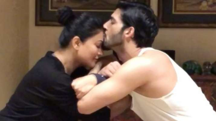 Rohman Shawl tries to woo Sushmita Sen in a unique way, gives 'best girlfriend ever' a kiss