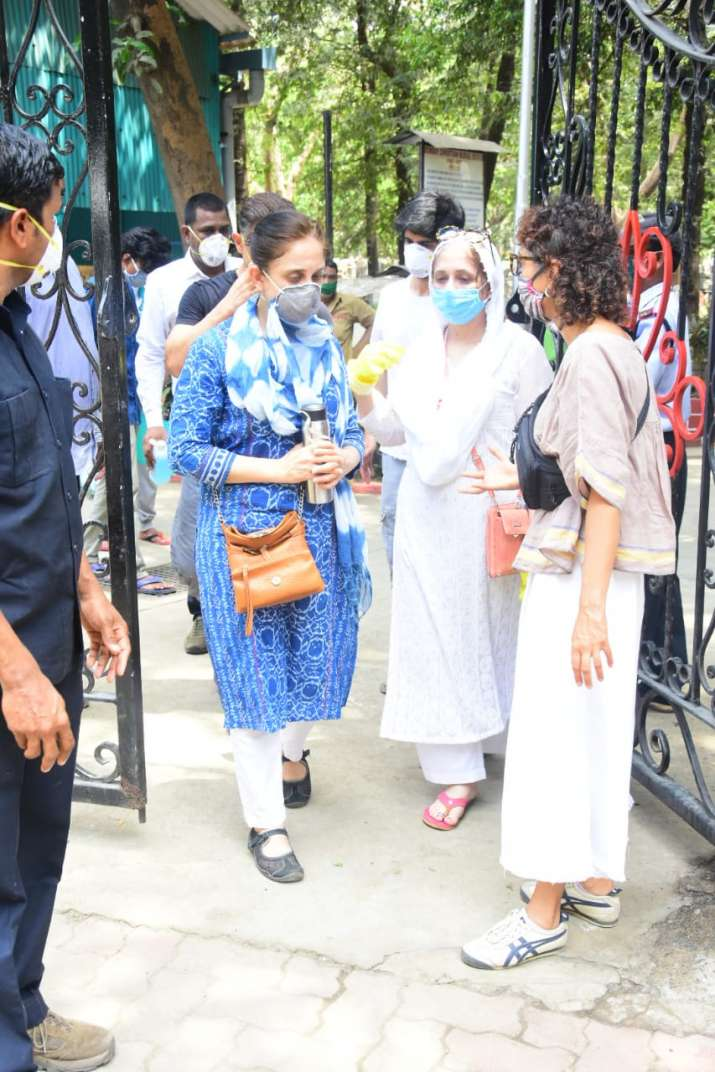 India Tv - Rani Mukherjee attended the cremation ceremony of Amos.