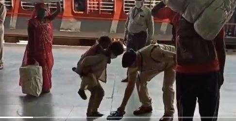 RPF jawans heartwarming act at Jabalpur rly station caught on camera