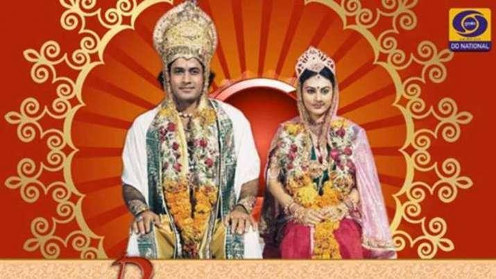 Ramayan's last scene, Sita surrendering to Mother Earth, sends fans in a meltdown