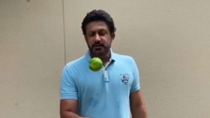 Anil Kumble controls the ball in style in #KeepItUp challenge