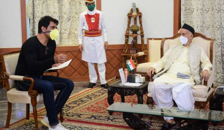 Sonu Sood meets Maharashtra governer Bhagat Singh Koshyari, earns praise for his good work