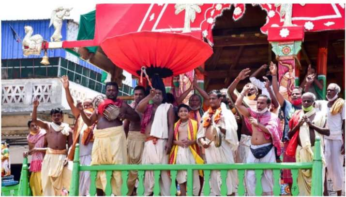 India Tv - Priests and devotees celebrate after Supreme Court gives permission to organise Jagnnath Puri Rath Y