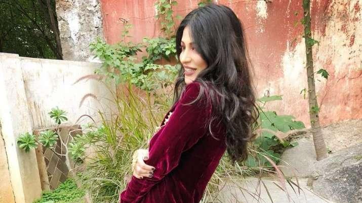 Shruti Haasan shows how to master the art of giving oneself 'the awkward hug'