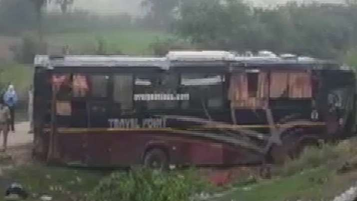 5 dead, 18 injured after private bus hit another vehicle at Agra - Lucknow Expressway