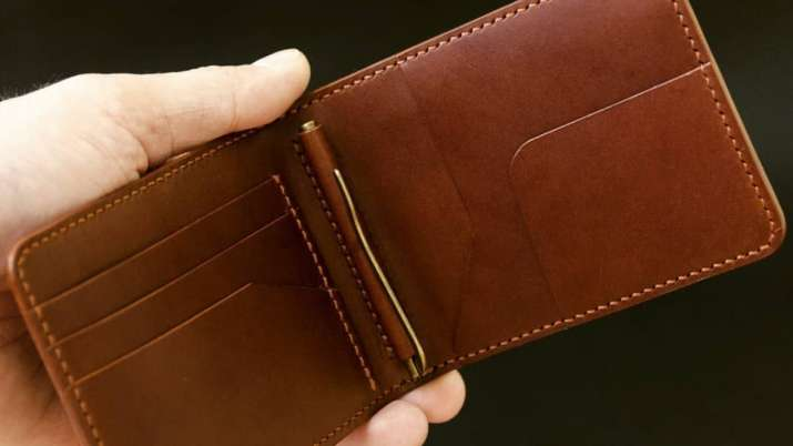 Vastu Tips: Never keep photos or torn notes in your wallet. Here's why