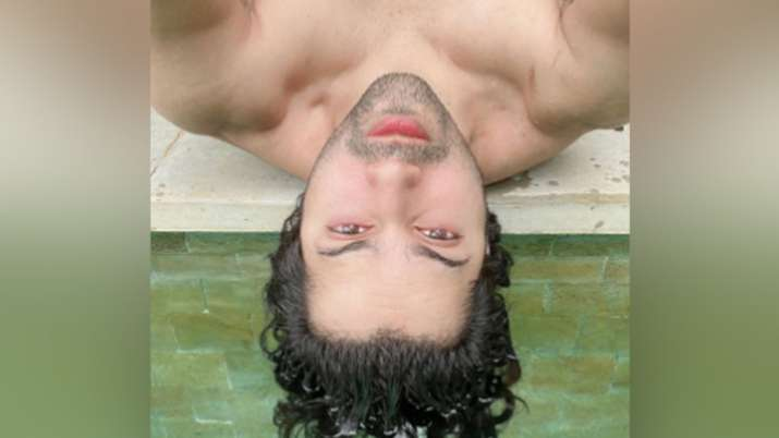 Varun Dhawan gives hilarious caption to his shirtless selfie: Ab mujhe raat din, vaccine ka intezaar
