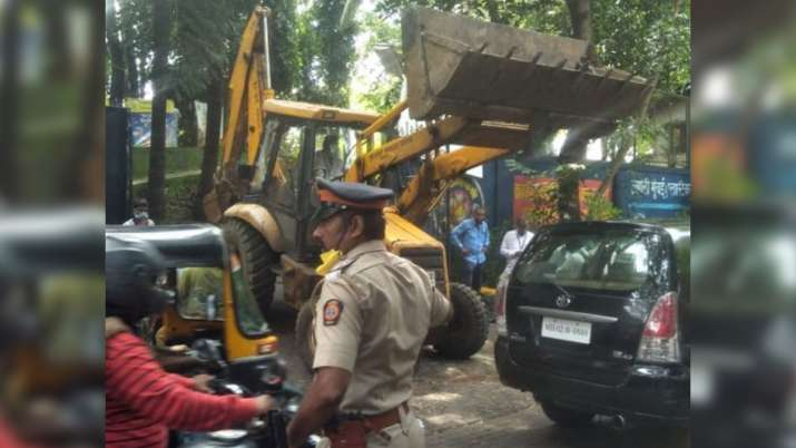 India Tv - JCB being used to demolish Kangana Ranaut's Bandra office