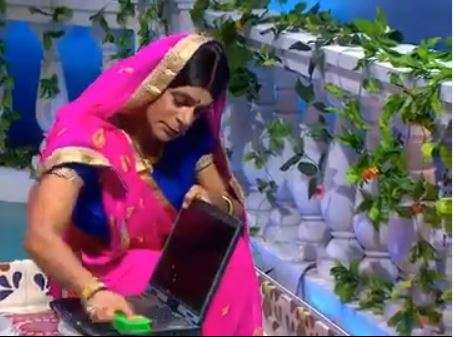 WATCH: Sunil Grover turns into 'Topi Bahu' to wash laptop like Gopi Bahu