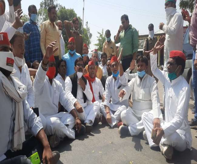 Hathras gangrape: Protesting SP workers lathi charged by UP Police in Lucknow