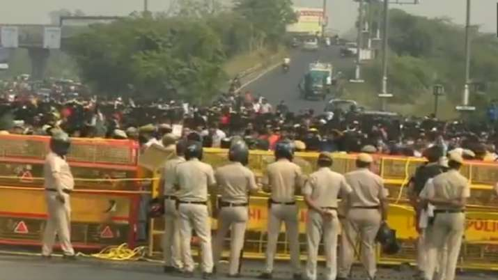 Protestors block Delhi-Noida flyway