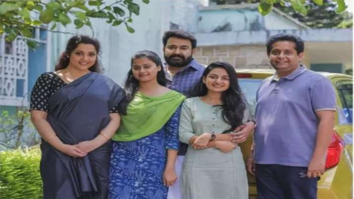 Mohanlal's latest pic with his onscreen family leaves Drishyam 2 fans super excited