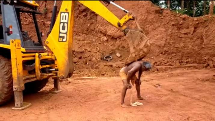 Video of a man scratching his back with JCB excavator will amuse you. Seen yet?