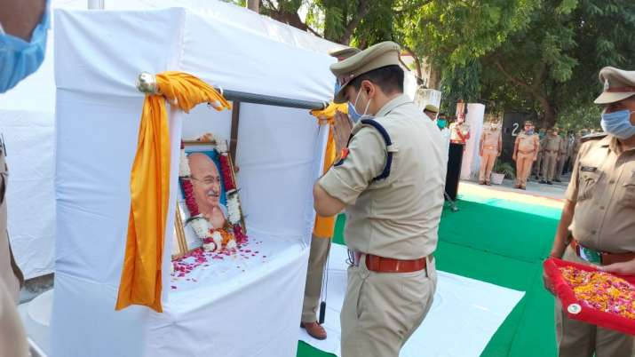 Ghaziabad Police pays tribute to Mahatama Gandhi, Lal Bahadur Shastri on their birth anniversaries