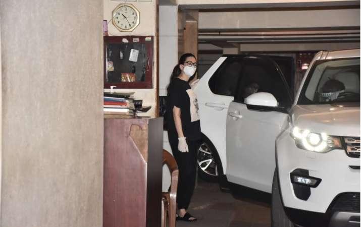 India Tv - Karisma Kapoor spotted at sis Kareena Kapoor Khan's residence with mom Babita. See pics