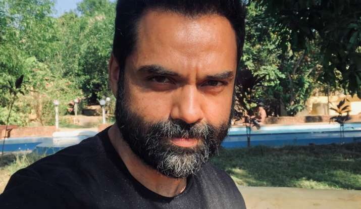 Abhay Deol's in-flight fashion is all about 'clash of the artists'