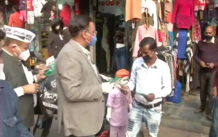 Delhi Health Minister Satyendar Jain distributed free masks in Shakur Basti area