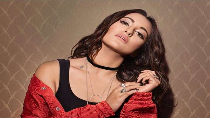 Sonakshi Sinha's impresses with her latest nerdy look