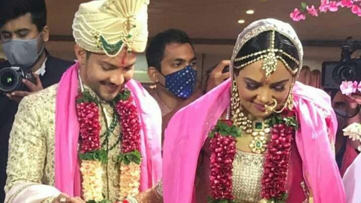 Aditya Narayan & Shweta Agarwal are now married. Seen their first photo as man and wife yet?
