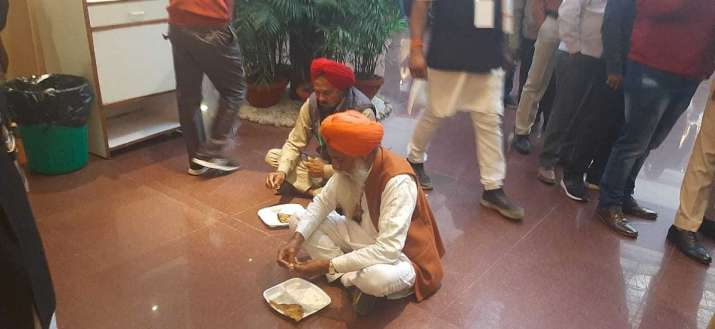 India Tv - Farmer union leaders eat at Vigyan Bhawan in Delhi
