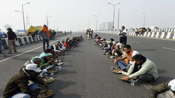 Farmers have langar during ther protest at Delhi-UP border