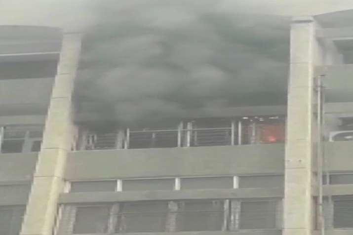 Delhi: Massive fire in nursing room of Safdarjung Hospital