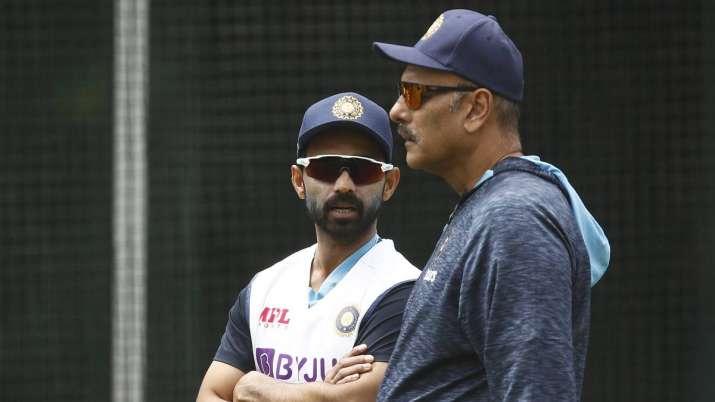 אג'ינקיה ראנה מהודו (ל ') מדבר עם המאמן הראשי בהודו