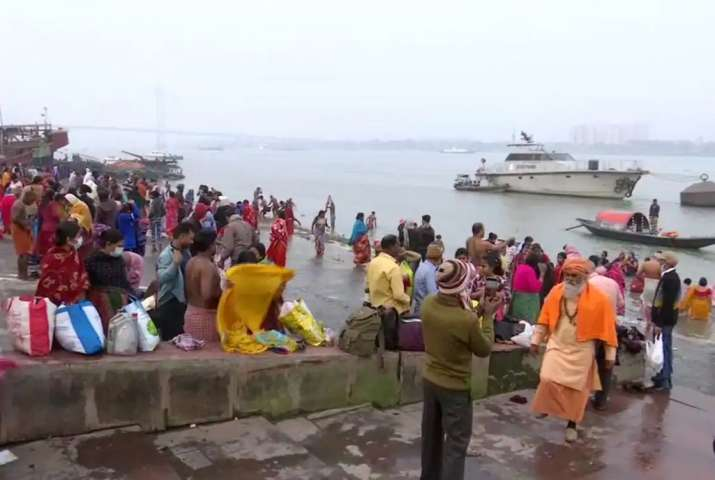 Thousands of pilgrims take holy dip at Gangasagar on Makar Sankranti