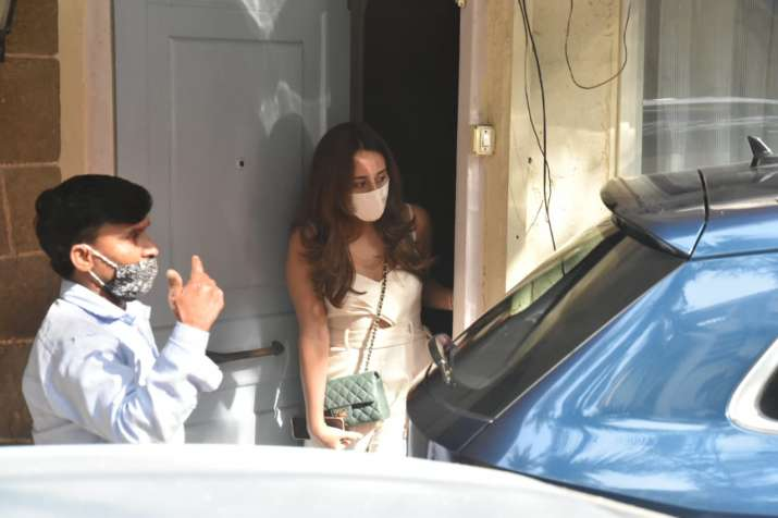 India Tv - Varun Dhawan-Natasha Dalal's families leave for Alibaug