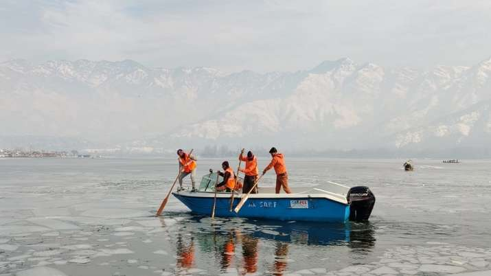 dal Lake frozen, frozen dal Lake, dal Lake, dal Lake srinagar, dal Lake kashmir, dal Lake photos, da