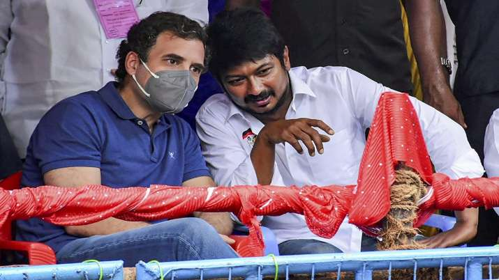 Congress leader Rahul Gandhi with DMK Youth Wing Secretary Udhayanidhi Stalin witnesses Jallikattu a
