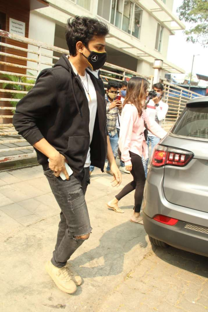India Tv - Rhea Chakraborty with brother Showik snapped in Bandra, are they house hunting?