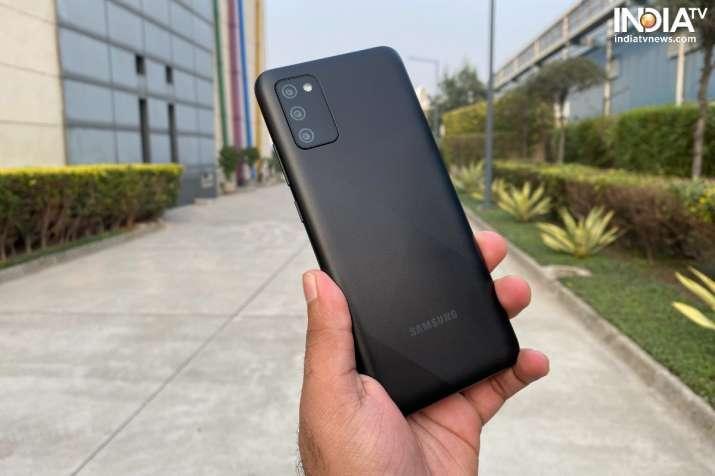 Samsung Galaxy M02s כולל עיצוב גב פלסטי.