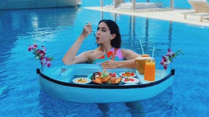 Sara Ali Khan oozes oomph & enjoys floating breakfast in Maldives | PICS