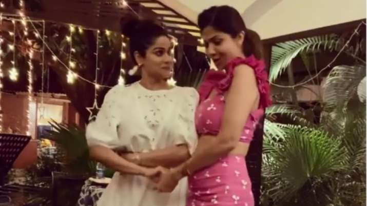 Shilpa, Shamita Shetty's retro avatar, sisters shake a leg on Badan pe sitaare; watch video