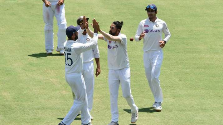 AUS vs IND 4th Test Day 4: Mohammed Siraj's double-strike inside an over puts India back in hunt thumbnail