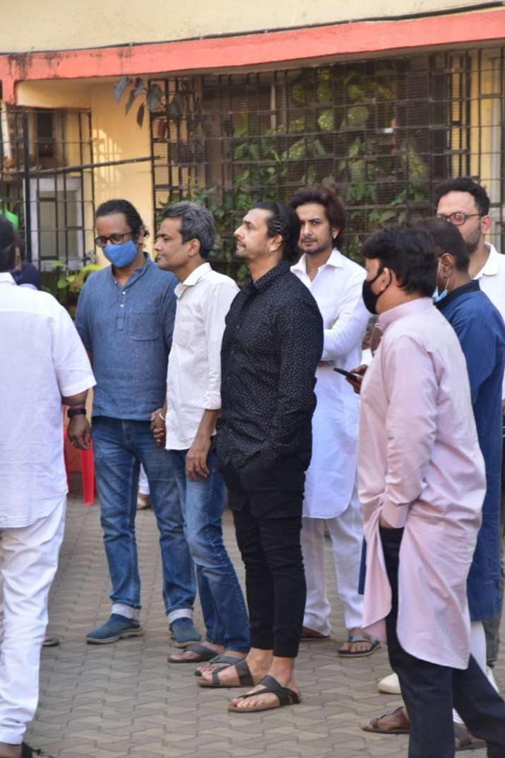 India Tv - Sonu Nigam clicked at Carter Road residence