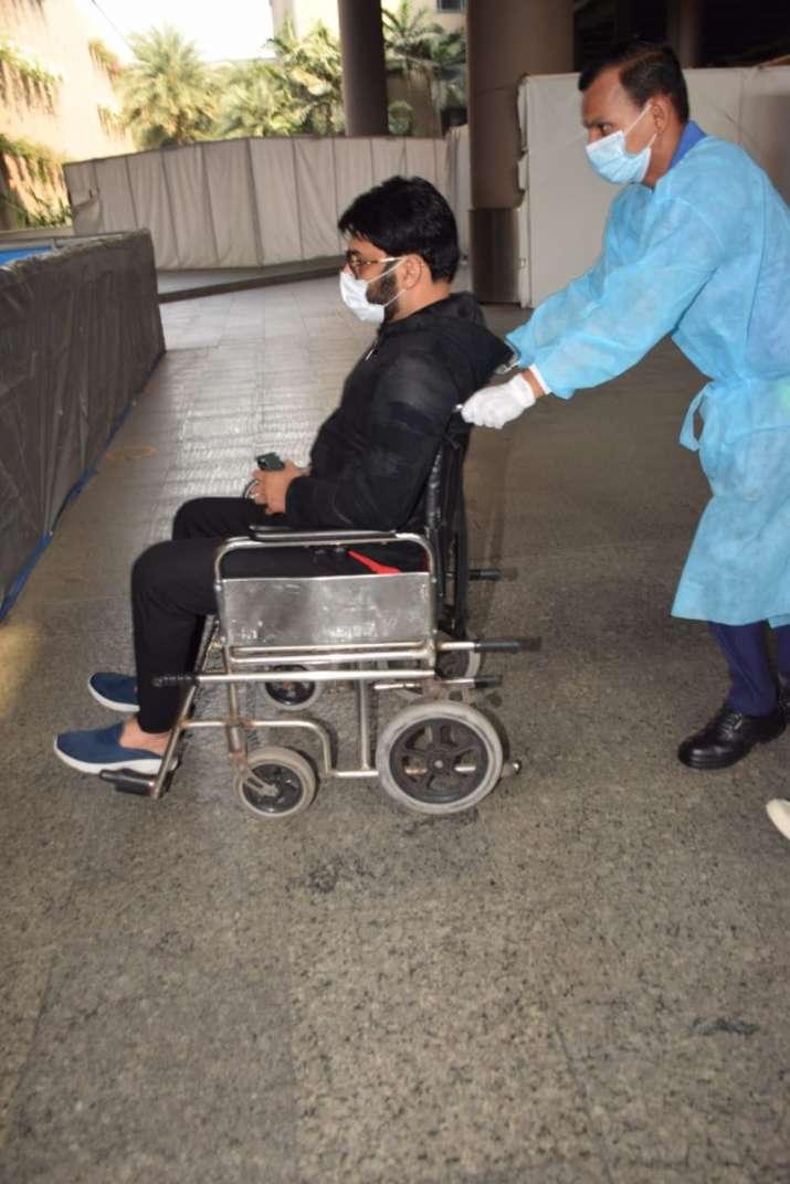 India Tv - Viral video captures wheelchair-bound Kapil Sharma hurling 'abuse' at photographers