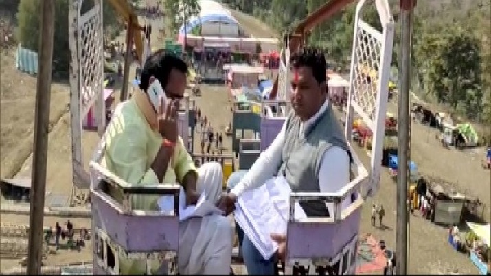 MP minister sits on 50-feet swing to get a mobile signal