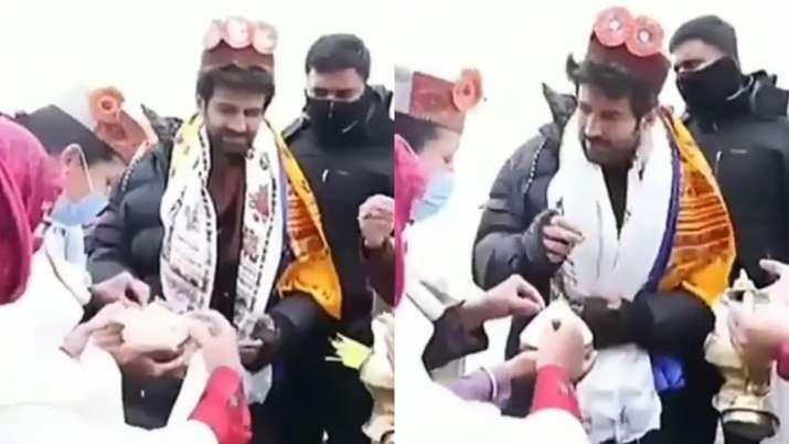 Kartik Aaryan gets mobbed by fans as he resumes Bhool Bhulaiyaa 2 shoot in Manali | WATCH