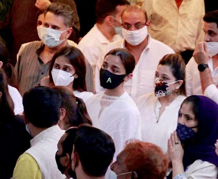 הודו טלוויזיה - רג'יב קאפור נשרף בנוכחות משפחה וחברים
