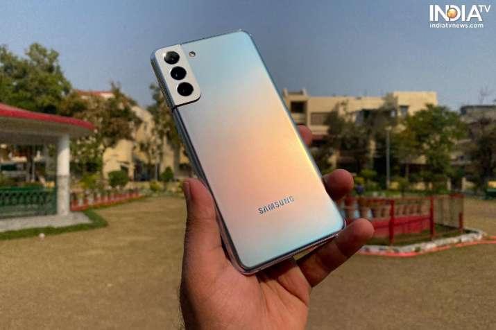 Samsung Galaxy S21 + מגיע עם עיצוב כריך זכוכית.