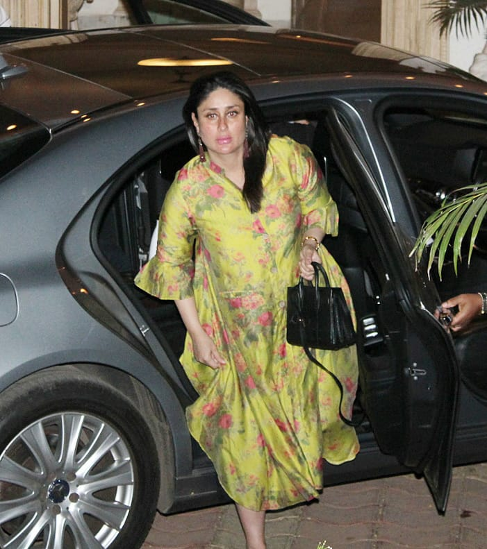 India Tv - Bebo looked all glowing outside the Kapoor mansion on Sunday.