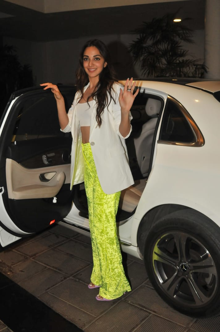 India Tv - Kiara Adavni poses for the paps outside Manish Malhotra's residence on Saturday